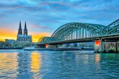 Zonsondergangmening van de Kathedraal van Keulen in Keulen, Duitsland Royalty-vrije Stock Afbeeldingen