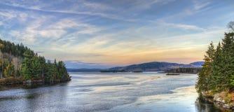 Zonsondergangmening van de rivier stock foto