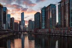 Zonsondergangmening van de Rivier van Chicago met cityscape bezinningen royalty-vrije stock foto