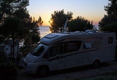 Zonsondergangmening van een kamp op eiland LoÅ ¡ inj in Kroatië stock foto
