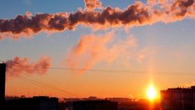 Zonsondergangmening van het industriële landschap van de stad met rook van pijp Royalty-vrije Stock Fotografie