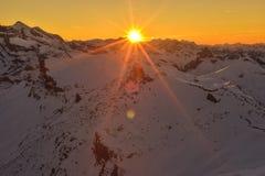 Zonsondergangmening van het Restaurant Piz Gloria van Schilthorn 360° Stock Foto