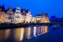 Zonsondergangmening van traditionele huizen in Gent, België stock foto's