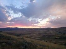 zonsondergangmeningen en vlak land Stock Foto's