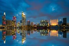 Zonsondergangogenblik bij rivieroever van Ho Chi Minh City - de grootste stad in Vietnam Royalty-vrije Stock Foto