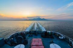 Zonsondergangoverzees op cruiseveerboot van shimabarahaven Royalty-vrije Stock Foto