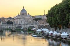 Zonsondergangpanorama van de Rivier, St Angelo Bridge en St Peter van Tiber Basiliek in Rome, Italië stock foto's