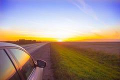 Zonsondergangreis Het spoor gaat in een oranje zonsondergang royalty-vrije stock foto