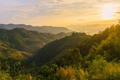 Zonsondergangscène met de piek van berg en cloudscape Royalty-vrije Stock Foto