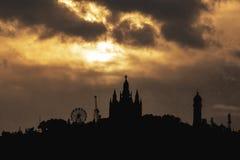 Zonsondergangsilhouet van Barcelona& x27; s Tibidabo Pretpark stock afbeeldingen