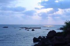 Zonsondergangstrand in Goa met wolken stock foto