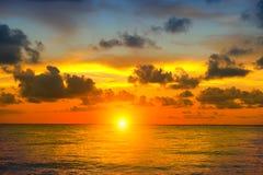 Zonsondergangstrand met mooi hemellandschap stock afbeelding