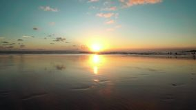 Zonsondergangstrand met nat zand die op de hemel, Bali wijzen stock video