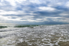 Zonsondergangstrand op de Atlantische kust op zonnen Stock Afbeeldingen