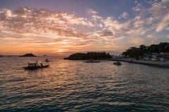 Zonsondergangtijd in Malapascua-eiland Zonsondergang kleurrijke hemel stock afbeelding