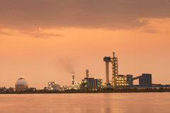 Zonsondergangtijd van Olieraffinaderij met bezinning, petrochemische installatie Royalty-vrije Stock Afbeelding