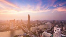 Zonsondergangtoon over de stad van Bangkok met gebogen rivier Royalty-vrije Stock Fotografie