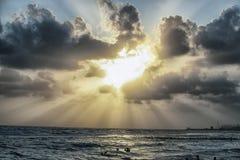 Zonsondergangtrog de wolken royalty-vrije stock afbeeldingen