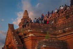 Zonsondergangvergadering bij de bovenkant van een Boeddhistische tempel royalty-vrije stock afbeeldingen