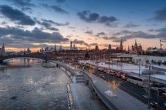 Zonsondergangweergeven van Moskou het Kremlin en de rivier van Moskou met straatverlichting stock afbeelding
