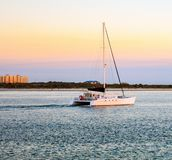 Zonsondergangzeil bij Ponce-Vuurtorenpier in Florida royalty-vrije stock fotografie