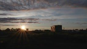 Zonsondergangzon in het dorp stock videobeelden