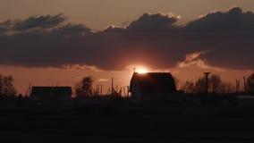 Zonsondergangzon in het dorp stock video