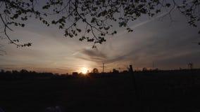 Zonsondergangzon in het dorp stock footage