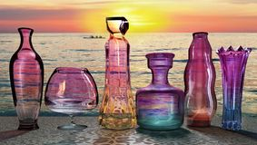 Zonsondergangzon het plaatsen verzendt laatste ultraviolette straal op de reeks glaskruiken