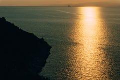 Zonsondergangzonlicht in oceaan wordt weerspiegeld die Royalty-vrije Stock Foto's