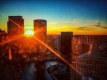 Zonsondergangzonnestralen van hoog over cityscape van Chicago omhoog worden gezien dat Stock Foto's