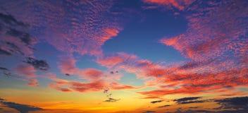 Zonsondergangzonsopgang met wolken, lichte stralen en ander atmosferisch effect, selectief Wit saldo Stock Fotografie