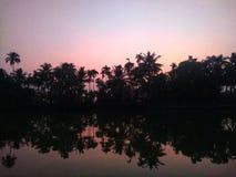 Zonsopgang aan de kanten van de binnenwateren van Kerala royalty-vrije stock fotografie