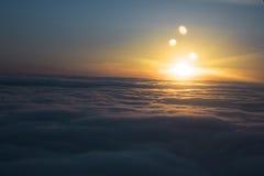 Zonsopgang achter de afdrijvende wolken Stock Foto