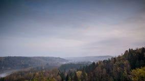 Zonsopgang in bergen met het bewegen van mist stock footage
