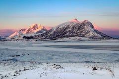 Zonsopgang bij bevroren fjord op de Lofoten-Eilanden stock afbeelding