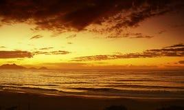 Zonsopgang bij Copacabana-Strand, Rio de Janeiro Brasil royalty-vrije stock foto