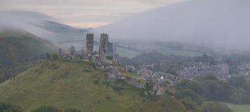 Zonsopgang bij Corfe-kasteel in mist Stock Afbeeldingen