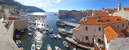 Zonsopgang bij de de haven en jachthaven van Dubrovnik stock foto