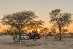 Zonsopgang bij de het kamperen plaatsen in het Okaukeujo-Rust Kamp Royalty-vrije Stock Fotografie