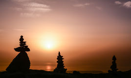 Zonsopgang bij de top met zenstenen Stock Afbeelding