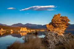 Zonsopgang bij het Monomeer van Californië ` s in de Oostelijke Sierra Nevada -bergen weg van Weg 395 van de V.S. stock afbeelding