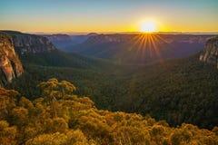 Zonsopgang bij het vooruitzicht van de govettssprong, blauwe bergen, Australië 50 stock foto's