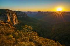 Zonsopgang bij het vooruitzicht van de govettssprong, blauwe bergen, Australië 63 stock foto