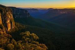 Zonsopgang bij het vooruitzicht van de govettssprong, blauwe bergen, Australië 71 stock foto's