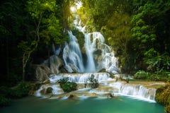 Zonsopgang bij Kuang Si-waterval in Luang Prabang, Laos Royalty-vrije Stock Foto's