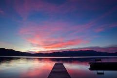 Zonsopgang bij meer Attersee, Salzkammergut, Oostenrijk Royalty-vrije Stock Afbeeldingen