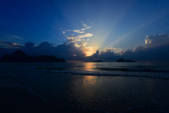 Zonsopgang bij Prachuab-strand, Thailand Stock Afbeeldingen