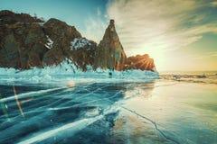 Zonsopgang bij rotsen met bevroren meer royalty-vrije stock afbeeldingen