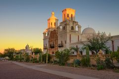 Zonsopgang bij San Xavier Mission Church in Tucson stock afbeelding